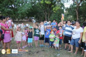 Entrega de juguetes en comunidad Las Uvitas, Chalatenango