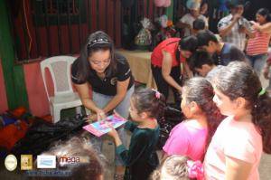 Entrega de juguetes en la comunidad Agua Zarca de Chalatenango