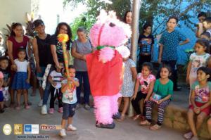 Entrega de juguetes y quiebra de piñatas en cas. Calle Nueva